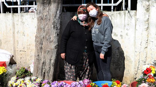 15 yıldır mezarlıkta sattığı çiçeklerle evini geçindiren kadın, kızını Oxford Üniversitesi'nde okutuyor